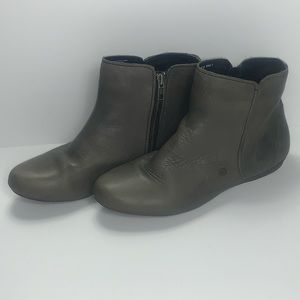 Born 9 Grey Soft Leather Thin Sole Booties EUC